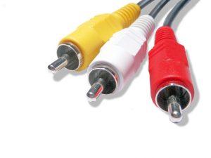 Fargekoder på en RCA (Phono) plugg er: hvit høyere lyd, rød venstre lyd og gul er videosignal.